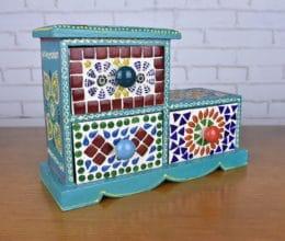 Mini gaveteiro indiano de madeira com detalhes em cerâmica