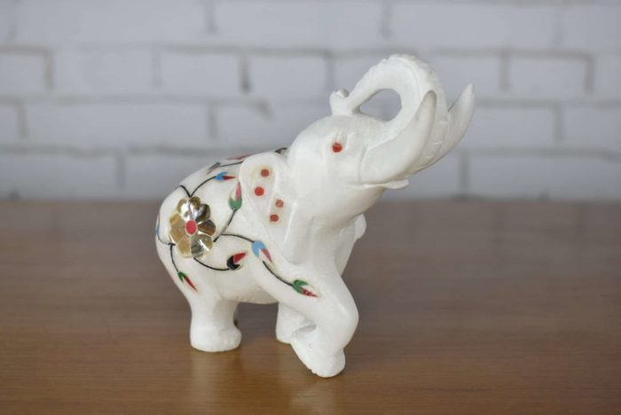 Elefante indiano de mármore com embutimento de pedras naturais