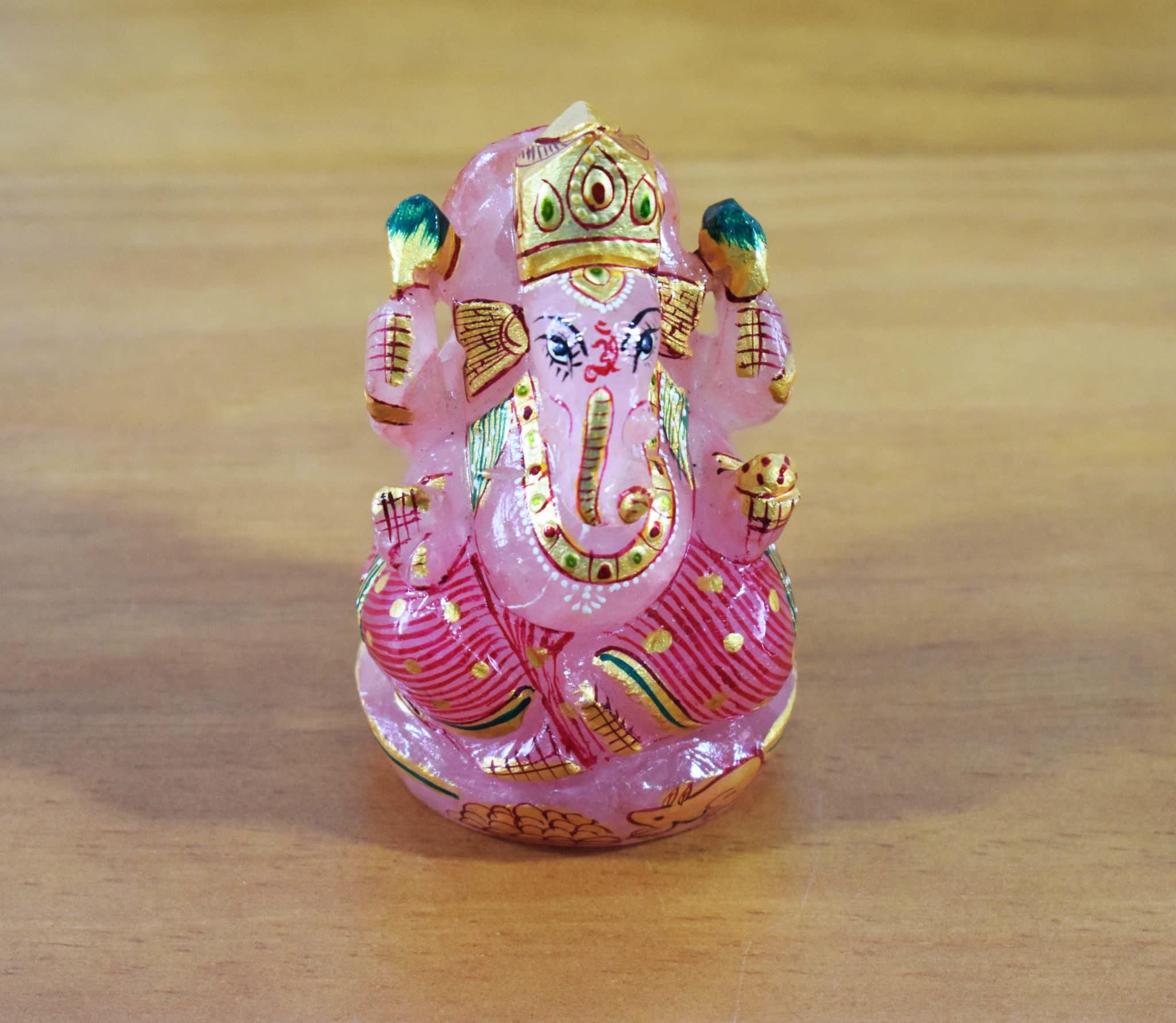 e207fbff3 Estátua de Ganesha lapidado em pedra natural de quartzo rosa. Início ·  Produtos Indianos ...
