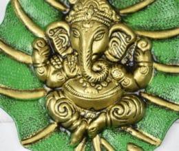 Deus Ganesha de parede em metal formato folha verde e dourado foto2