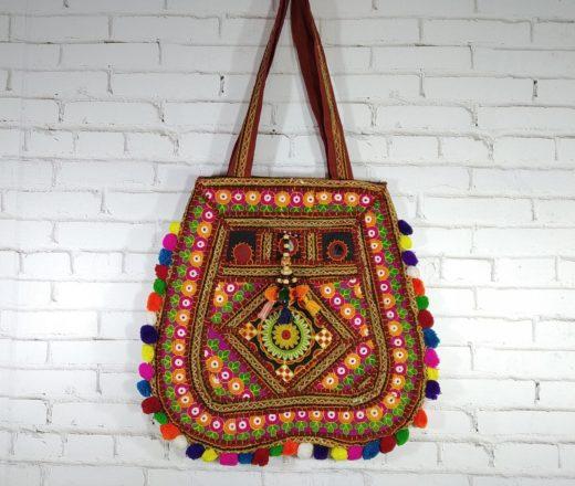 bolsa indiana patchwork com pompons