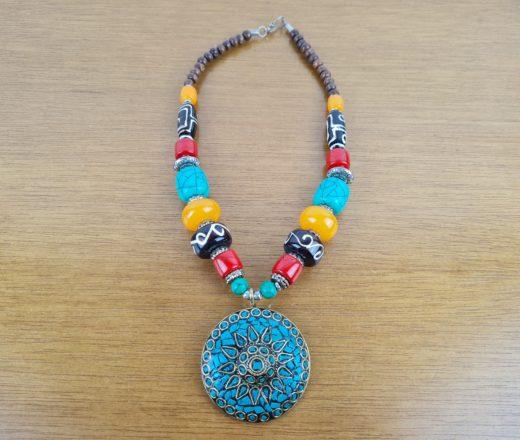 colar indiano colorido com mandala turquesa
