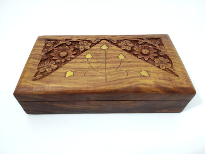 caixa indiana de madeira com detalhes em bronze