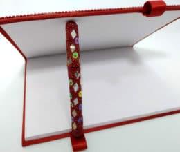 caderno indiano com caneta