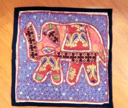 almofada bordada indiana