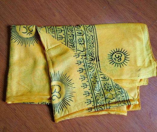 chadar de oração indiano amarelo com estampa de OM
