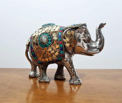 elefante indiano de metal com pedras
