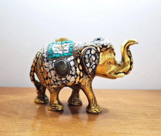 elefante indiano dourado com pedras