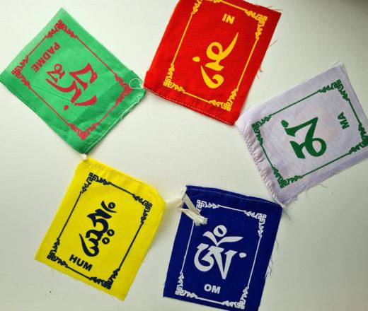 bandeiras tibetanas com mantra