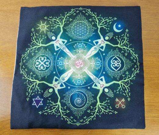 almofada indiana estampa de Om e elementos diversos