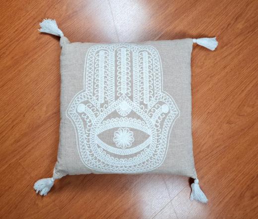 almofada indiana cru com bordada de Hamsá e tassel