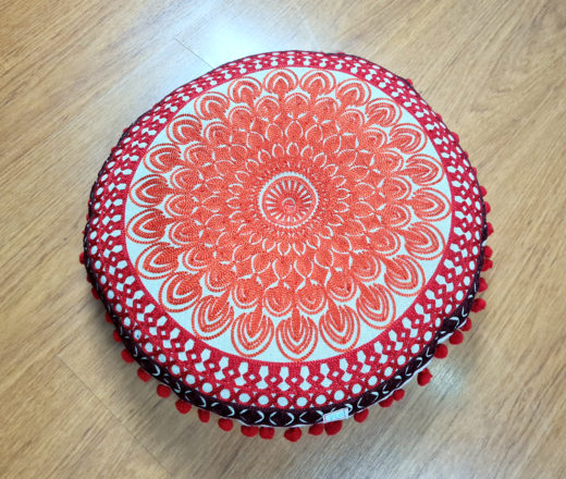 almofada indiana futon redonda bordada com pompons