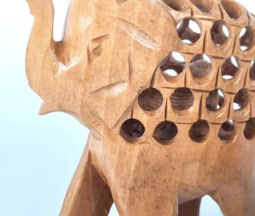 trio de elefantes de madeira esculpidos a mão, feitos na Índia
