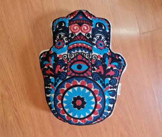 almofada estilizada indiana com design de Hamsá (Mão de Fátima)