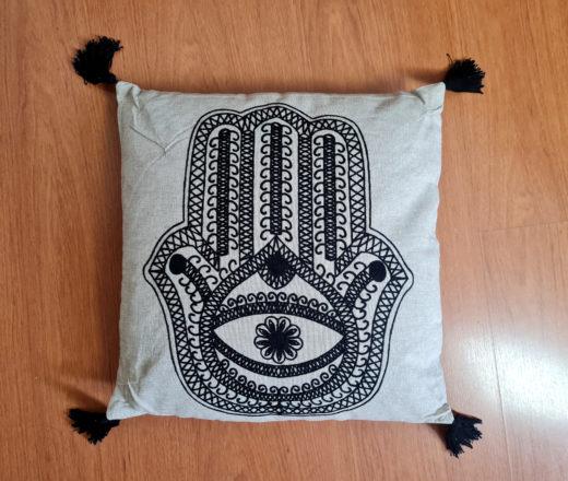 Almofada Mão de Fátima com tassel nas pontas