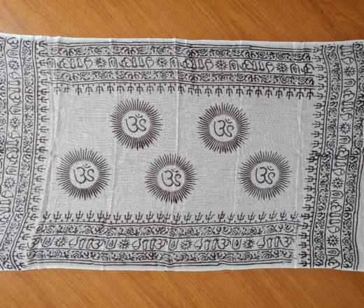 chadar indiano com símbolos do OM e mantras branco e preto