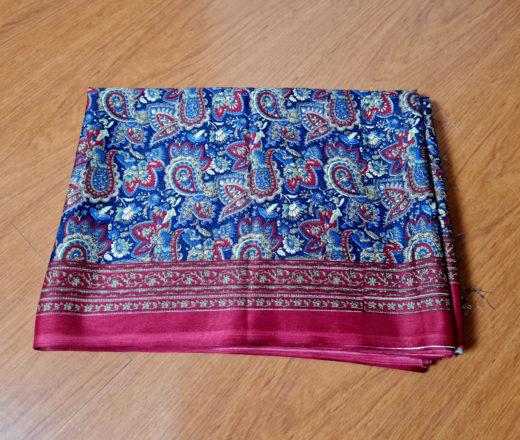 sari indiano floral azul e vermelho