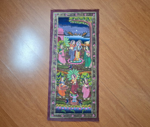 pintura indiana em seda na vertical com Krishna e Radha