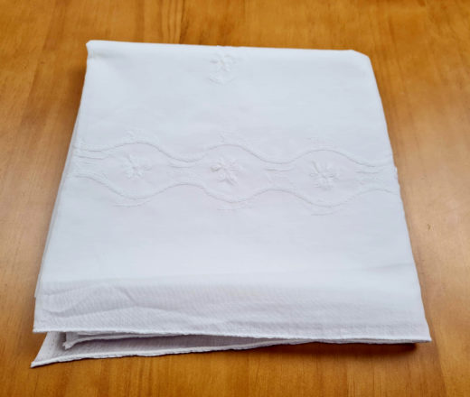 toalha indiana branca bordada para altar ou mesa
